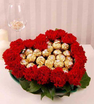 inima cu bomboane de ciocolata si garoafe