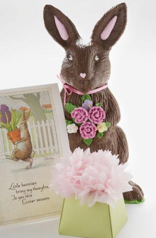 Un cadou clasic: iepuras de ciocolata, un ou vopsit ambalat in cutie si o felicitare de Paste