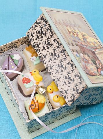 Cumpara cateva bomboane sau prajituri cu adevata speciale si ambaleaza-le intr-o cutie frumos decoata