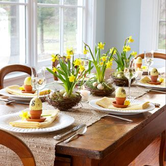Masa de Paste in familie, cu flori, cuiburi si oua