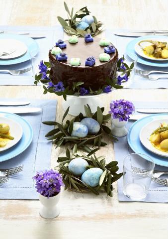 Cuiburi de oua din ramuri cu frunze
