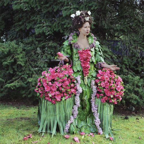 Imbracaminte lucrata din frunze, flori, crengute