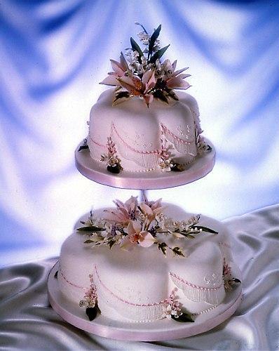 Poti alege culoarea tortului de nunta asortata la decor