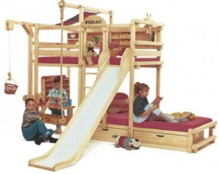 Paturi suprapuse cu loc de joaca pentru copii