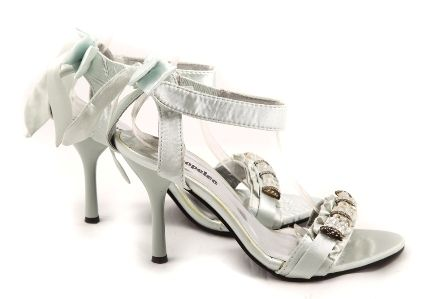 Sandalele Aniella sunt realizate din material satinat