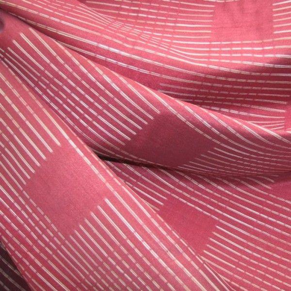 Draperie rosie in linii subtiri