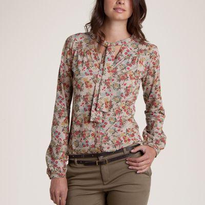 Purtati un tricou lavaliera inflorat l ao pereche de pantaloni sau blugi si veti fi in trend