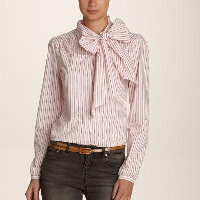 Camasa guler mare lavaliera purtata elegant la o reche de pantaloni din stofa ingusti.