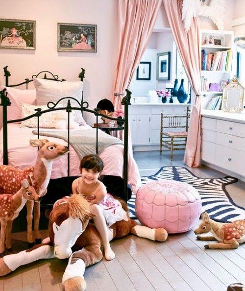Camera de fata, decorata cu animale de plus
