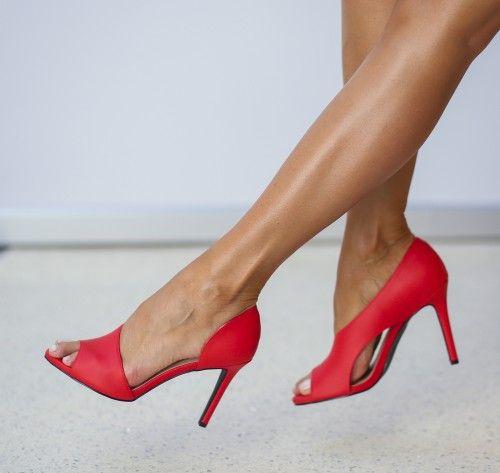 Pantofi cu toc rosii decupati in fata si lateral