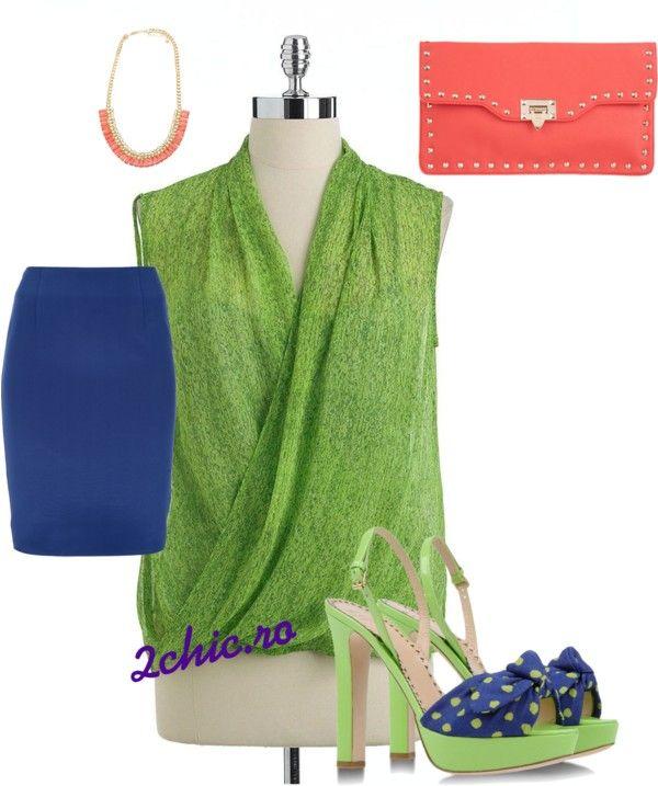 Bluza verde, fusta bleumarin, sandale cu funda, plic si colier corai