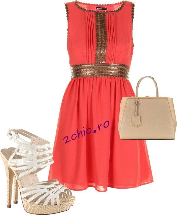 Rochie corai cu elemente romane, asortata cu sandale albe si geanta bej-crem