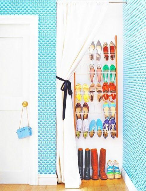 Rafturi pe perete pentru pantofi acoperite de perdea