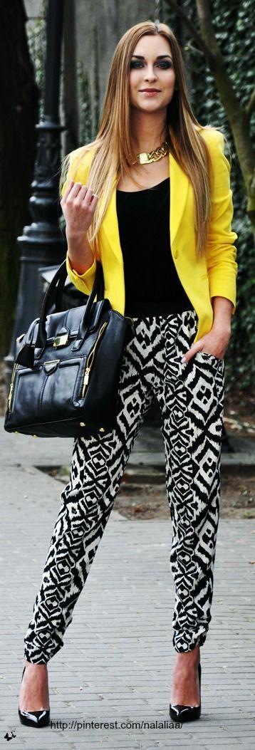 tinute-insorite-cu-sacou-galben-si-pantaloni-imprimati